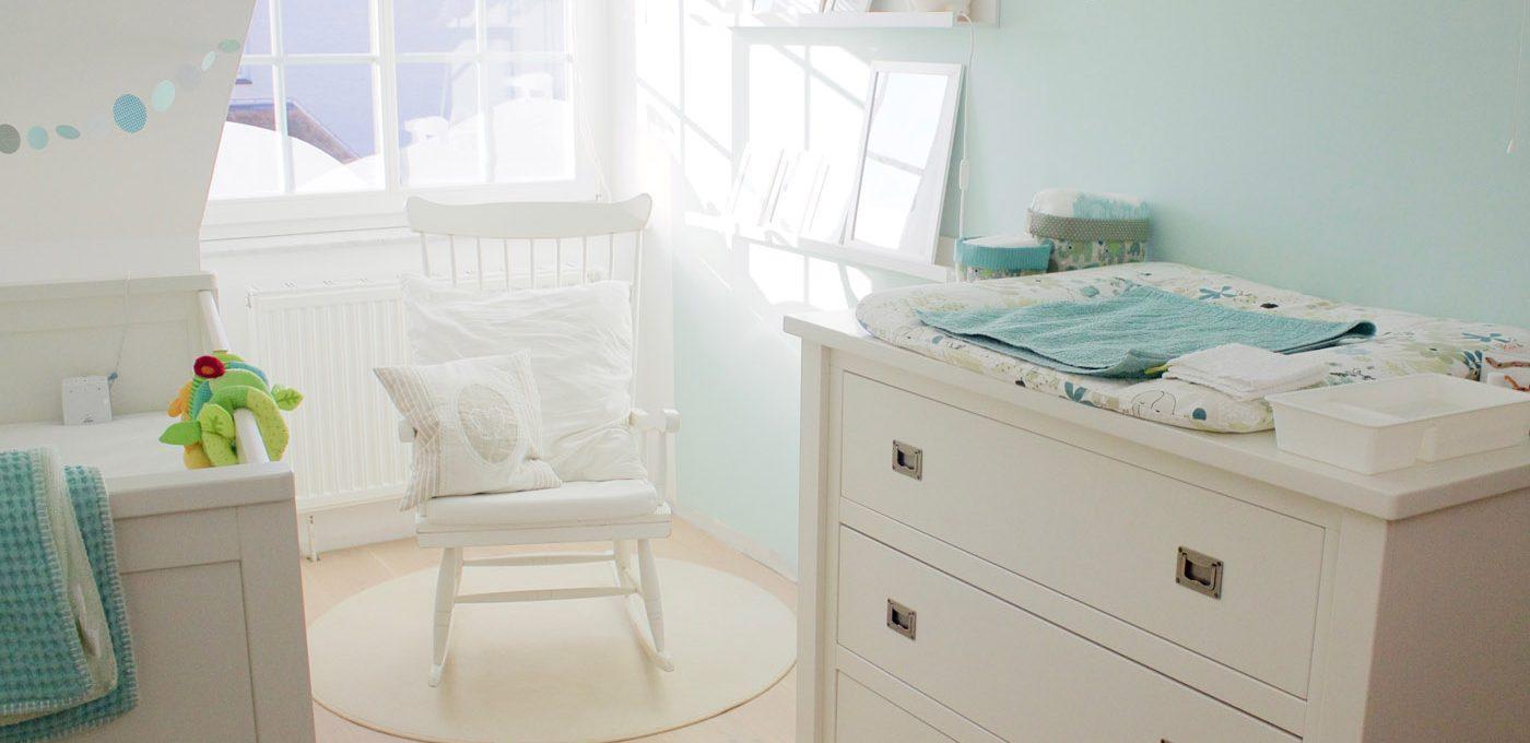 sonniges Babyzimmer in Mint- und Weißtönen