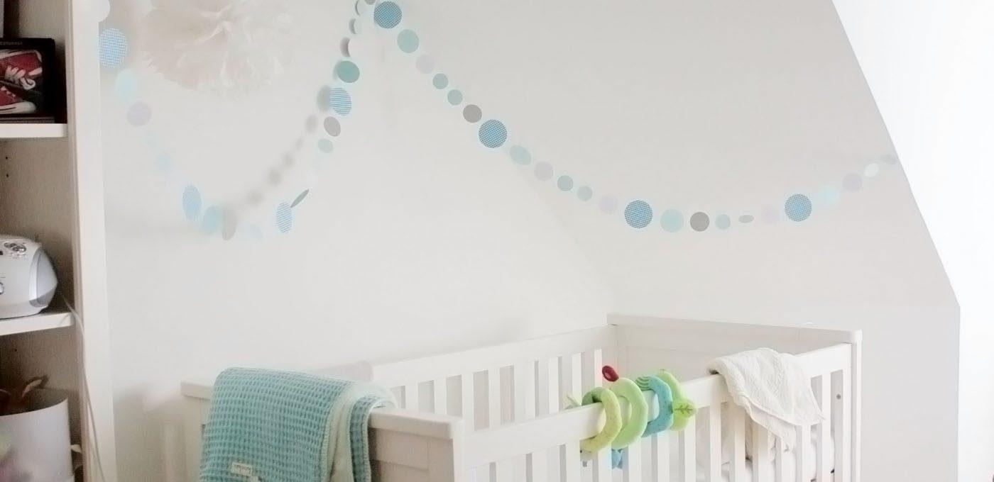 Babyzimmer Kidsmill Shakery Bett mit Kreisgirlande und Pompoms