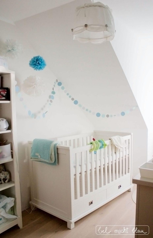 weißes Babybett (Kidsmill Shakery) mit Kreisgirlande und Pompoms in Mintfarben