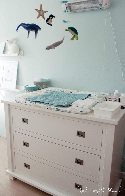 Mintfarbenes Babyzimmer: Wickelkommode (Kidsmill Shakery) mit Meeres-Mobile und Wickelauflage von Mille Marille