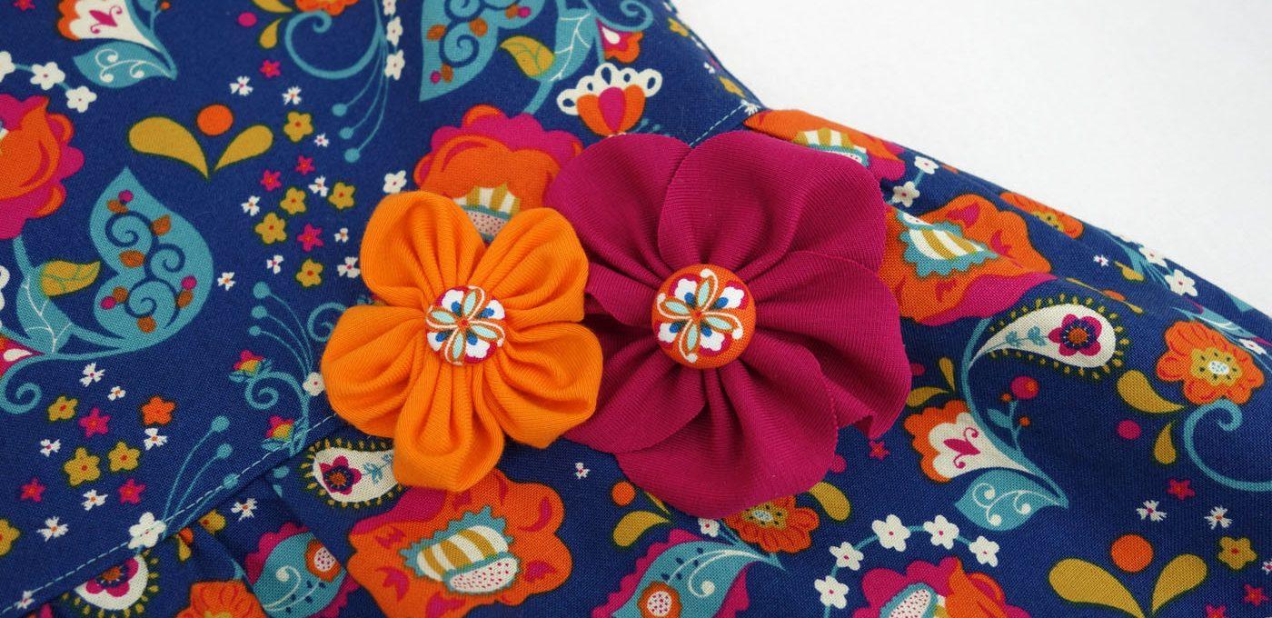 """Babykleid """"Knoopkleed"""" verziert mit hübschen Stoffblumen"""