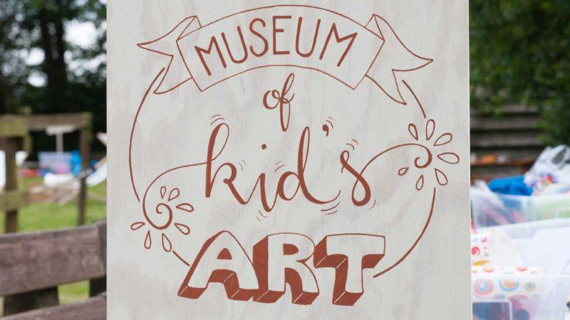 Hochzeit mit Kindern - die besten Beschäftigungsideen - Museum of Kid's Art - Handlettering Holzschild