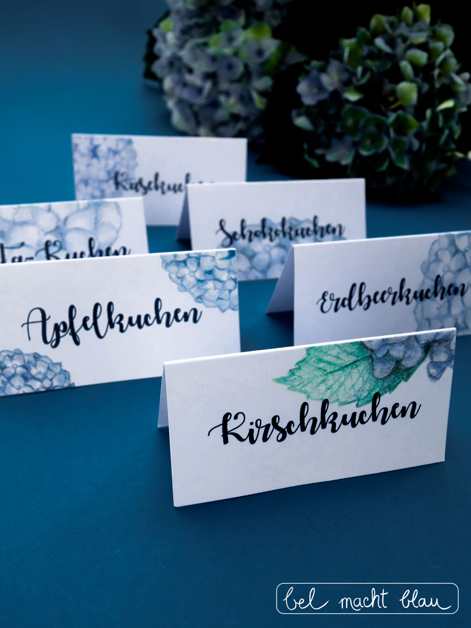 Hochzeitspapeterie für unsere Familienhochzeit // Kuchenschilder mit blauen Hortensien // blue hydrangea // wedding cards