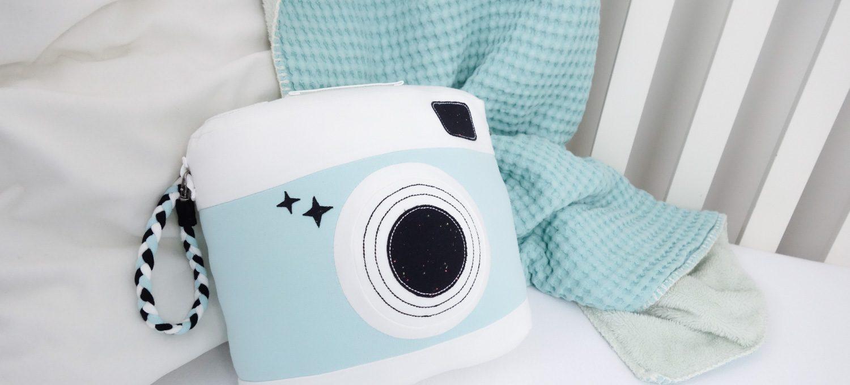 ein kuscheliges kamera kissen selber n hen diy stoffe bel macht blau. Black Bedroom Furniture Sets. Home Design Ideas